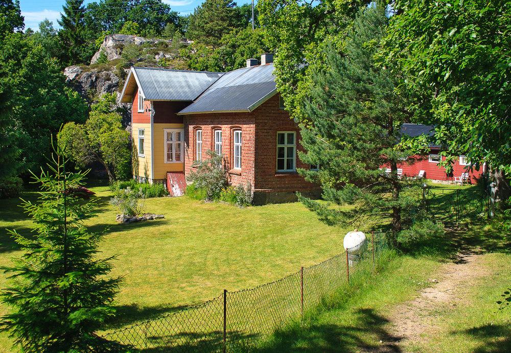 Skolen. Midt i skogen langs turstien ligger den gamle skolen på Nordre Sandøy.