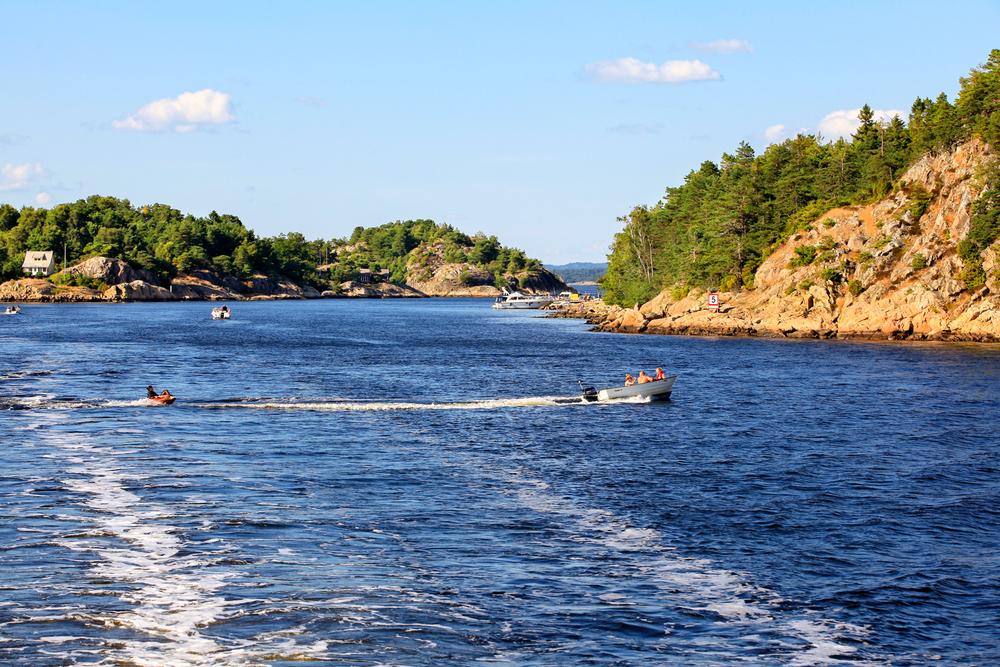Lek og aktivitet i Makøysundet hører sommeren til.