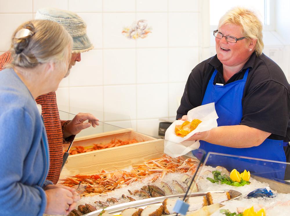 Gunn Barm i Fjordfisk sin fisk- og sjømatbutikk i Utgårdskilen kan det med å friste slitne turgjengere.