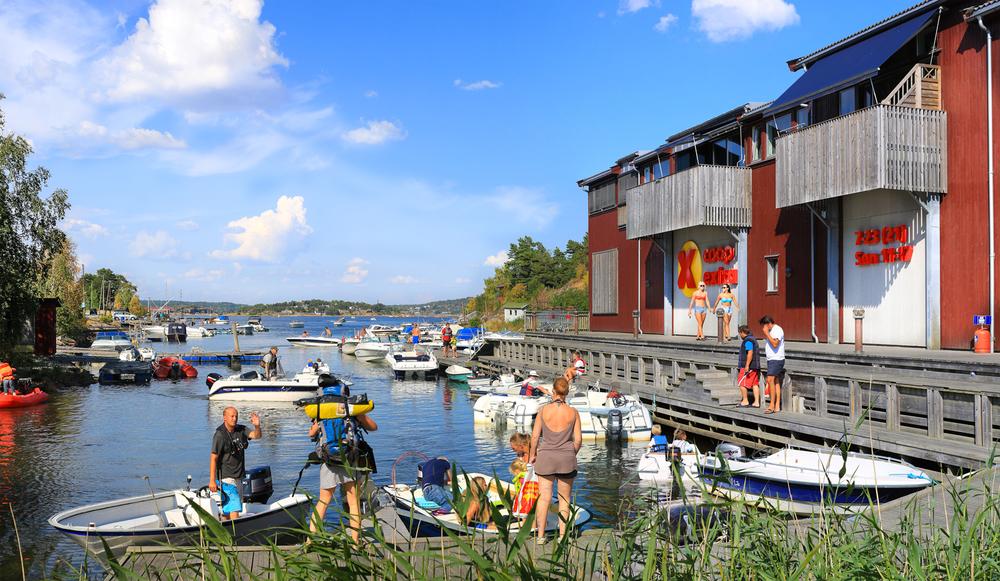 Ankomsten til daglivarebutikkene på Hvaler er ofte litt anderledes enn ellers i landet.