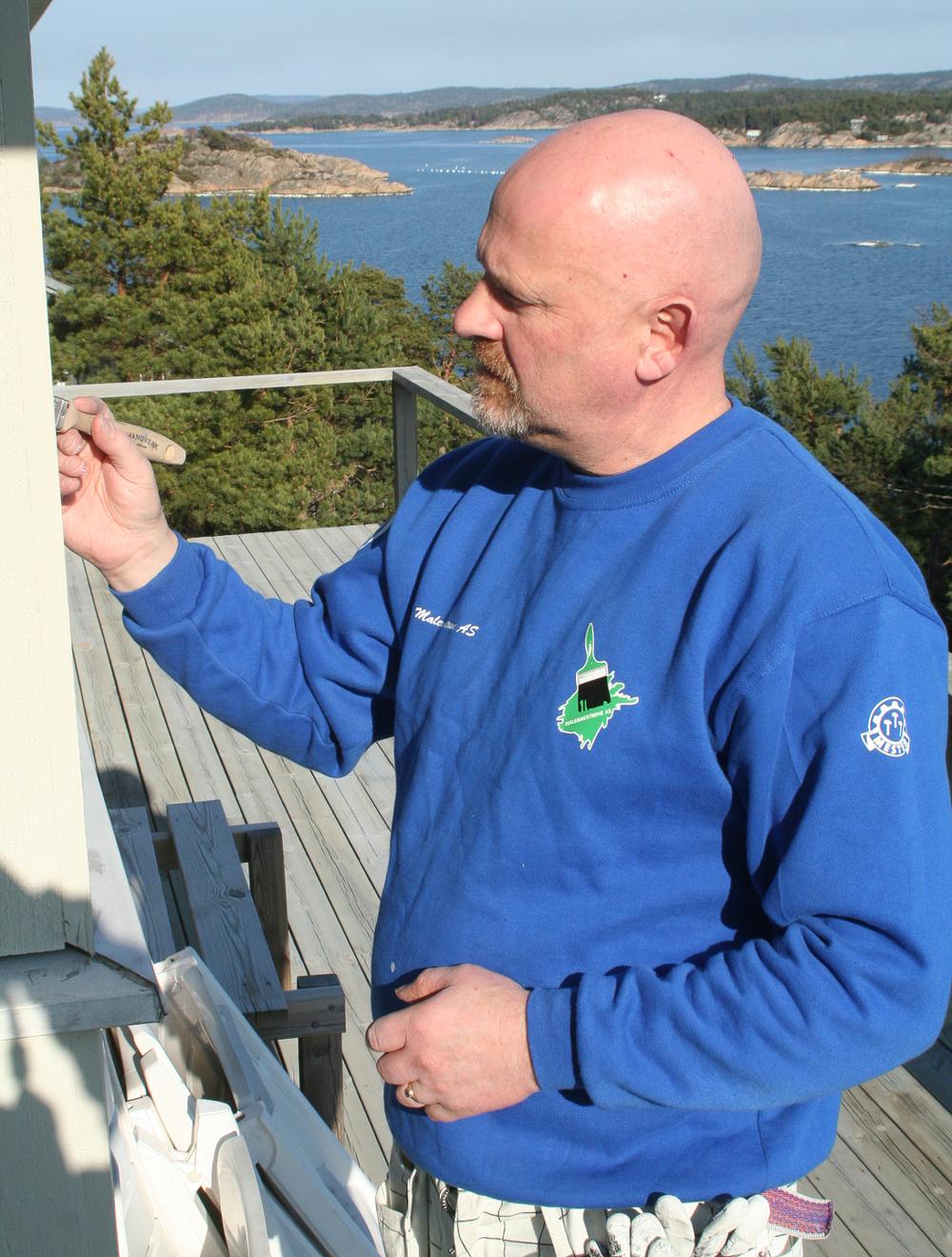 Malermester Sjur B. Hansen på et maleroppdrag på en hytte på Hvaler.