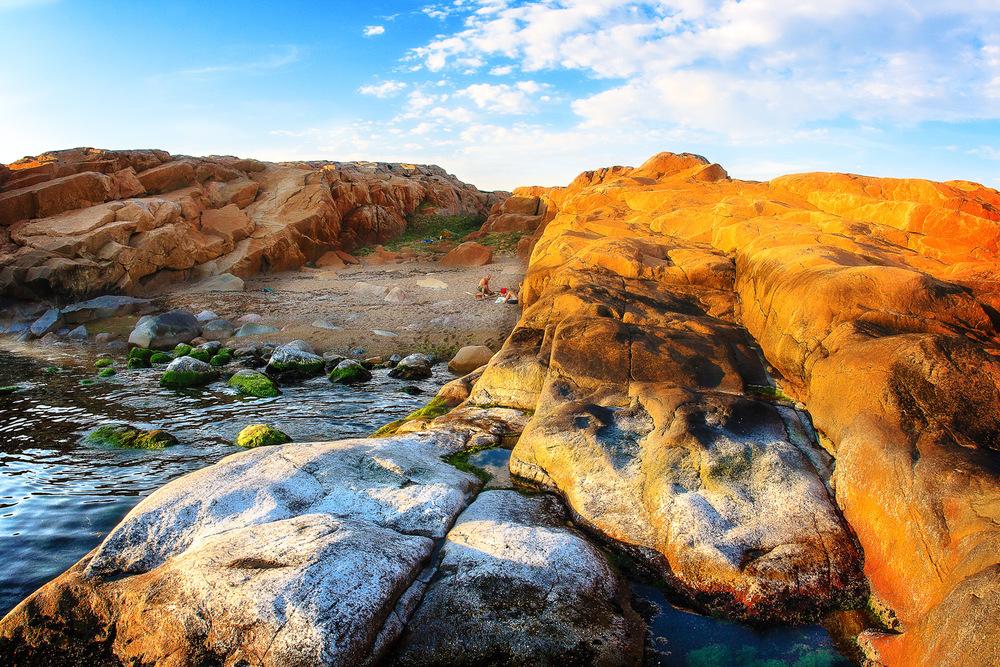 Ytterst på Guttormsvauen finner du denne flotte og lune sandstranden med utsikt rett ut til det store havet.
