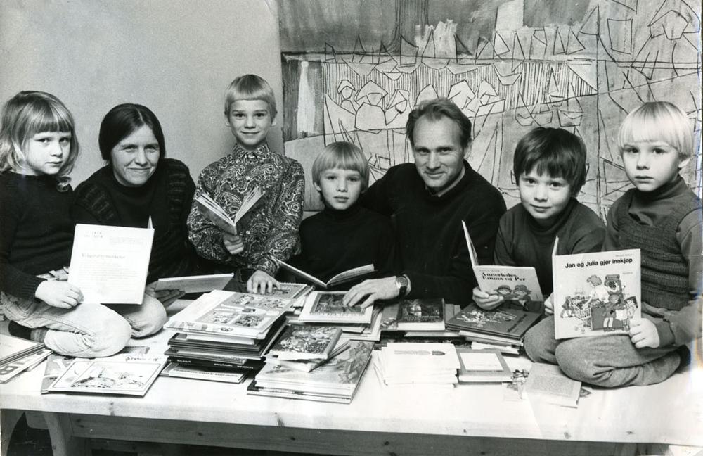 Boklesning på Hvaler hos familien Sand. Fra venstre: søster Ane, mamma Kari Marie, Vebjørn og Aune, pappa Øivind, brødrene Håvard og Eimund