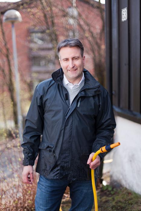Enrico Bastiani fra Nordsjö forteller at rengjøring av husveggen kan starte nå.