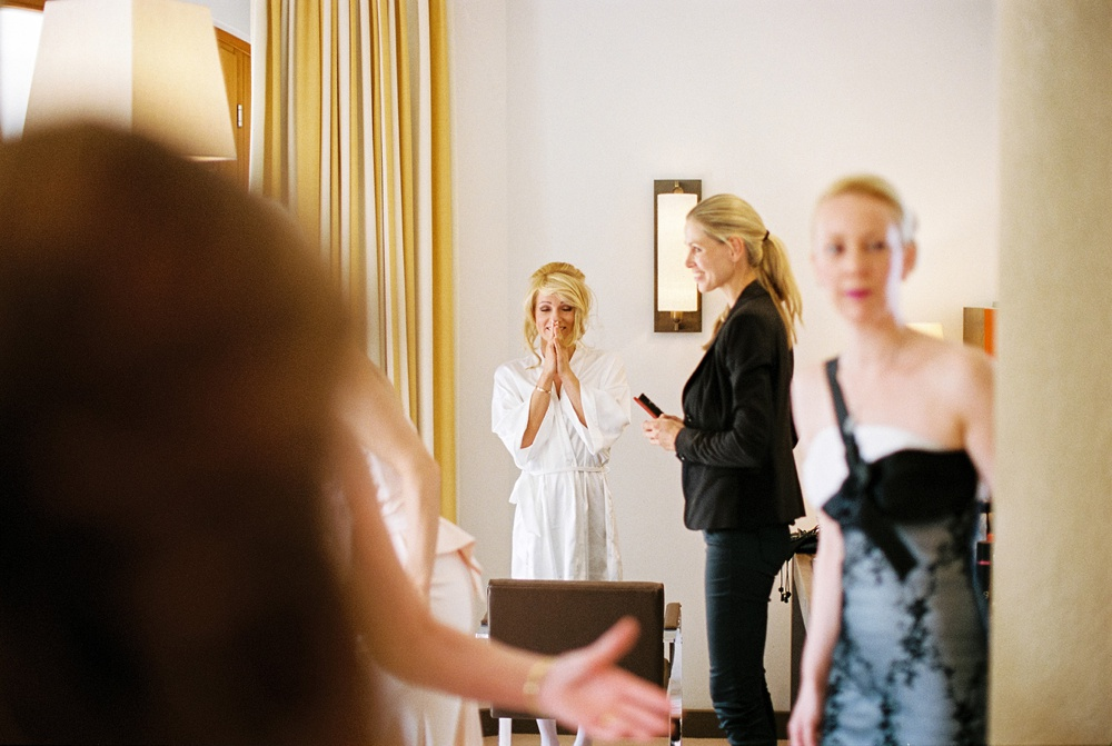 surprised-bride-happy-arosa-birgithartfotografie