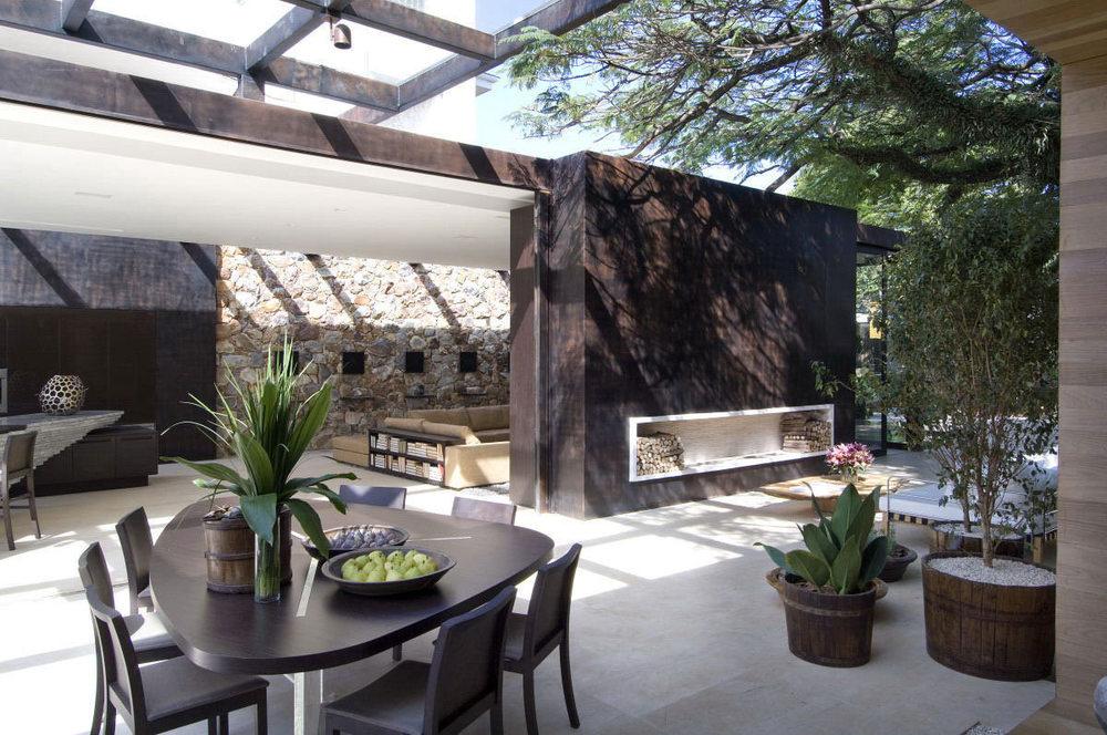 Architectuur : Breuksteen gecombineerd met Natuursteen tegels en stalen materialen