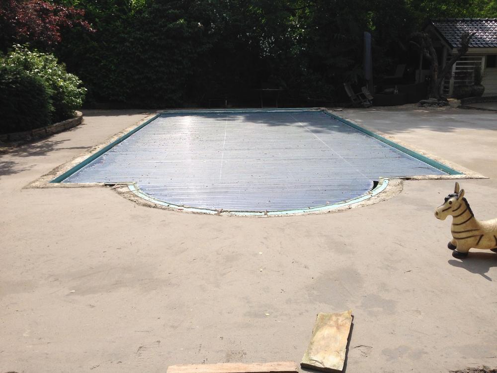 Zand-cement ondervloer rondom een zwembad