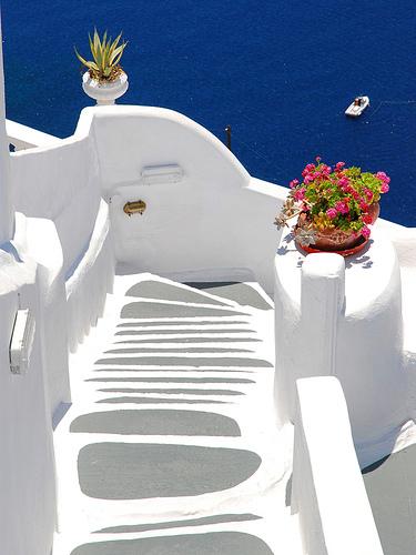 Trappen geverfd volgens de witte architectuur van de Griekse eilanden