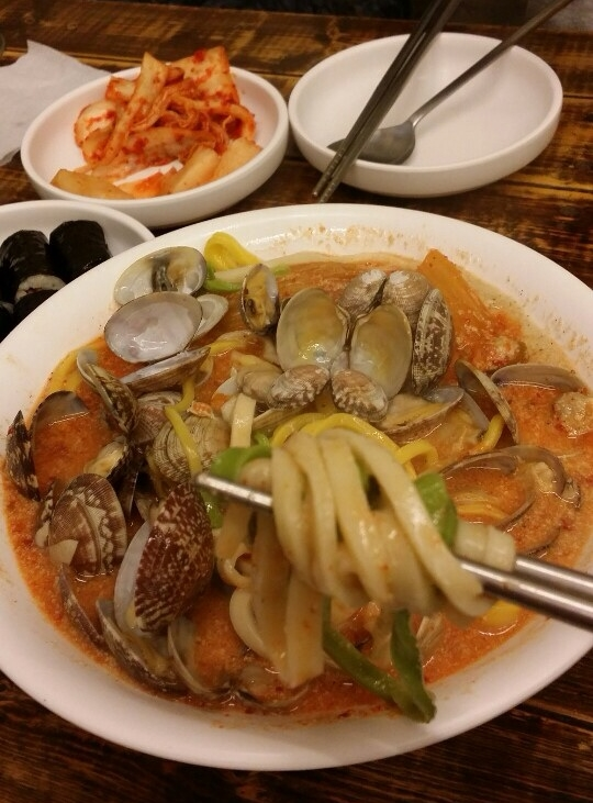 Tri-colored noodles of the 중심 짬뽕 칼국수 (Combination Kimchi, Sesame Seeds, Small Clams in Soup w. Knife-Cut Noodles)