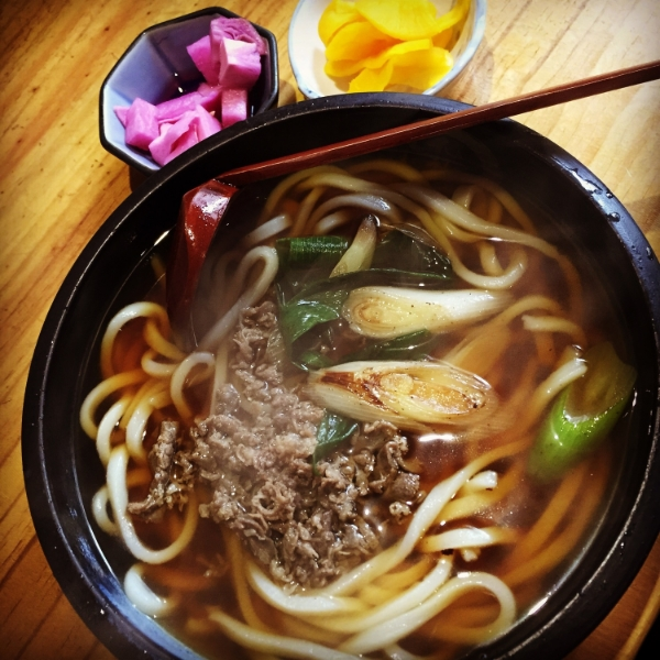 니꾸우동 (Nikoo Udong) - Beef topping with the thick chewy flour noodles. Also comes in 니꾸소바 - Nikoo Soba - Beef topping with the buckwheat noodles.