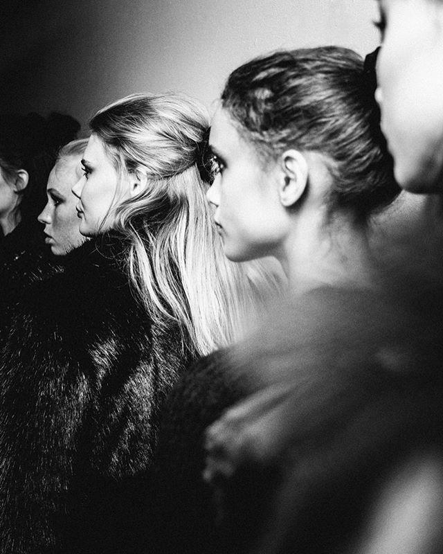 Backstage @idasjostedt 🌟 . . . #sthlmfw #idasjöstedt #fashionphotography #backstage