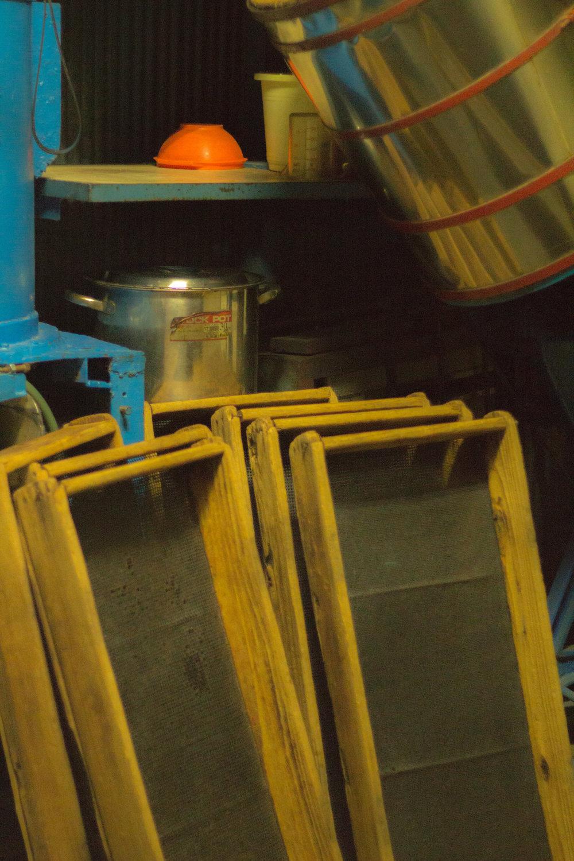 Detrás de escena en la fábrica/tienda de galletas de arroz.