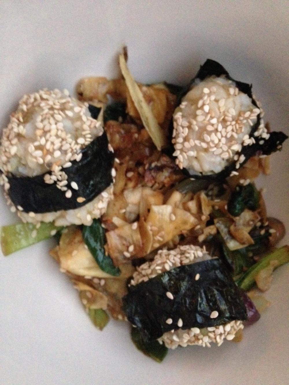 Wok de bok choi, yuba y cebolla roja con bolitas de arroz.