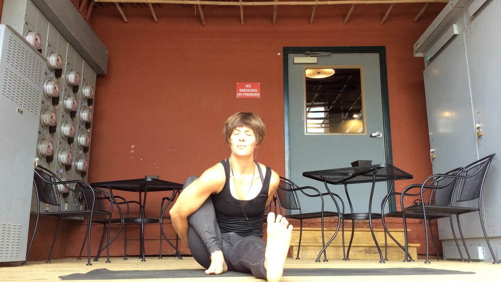 Whoa, yogi toes and bliss point. This marichyasana A is looking comfortable and reflective. No pain-face here!