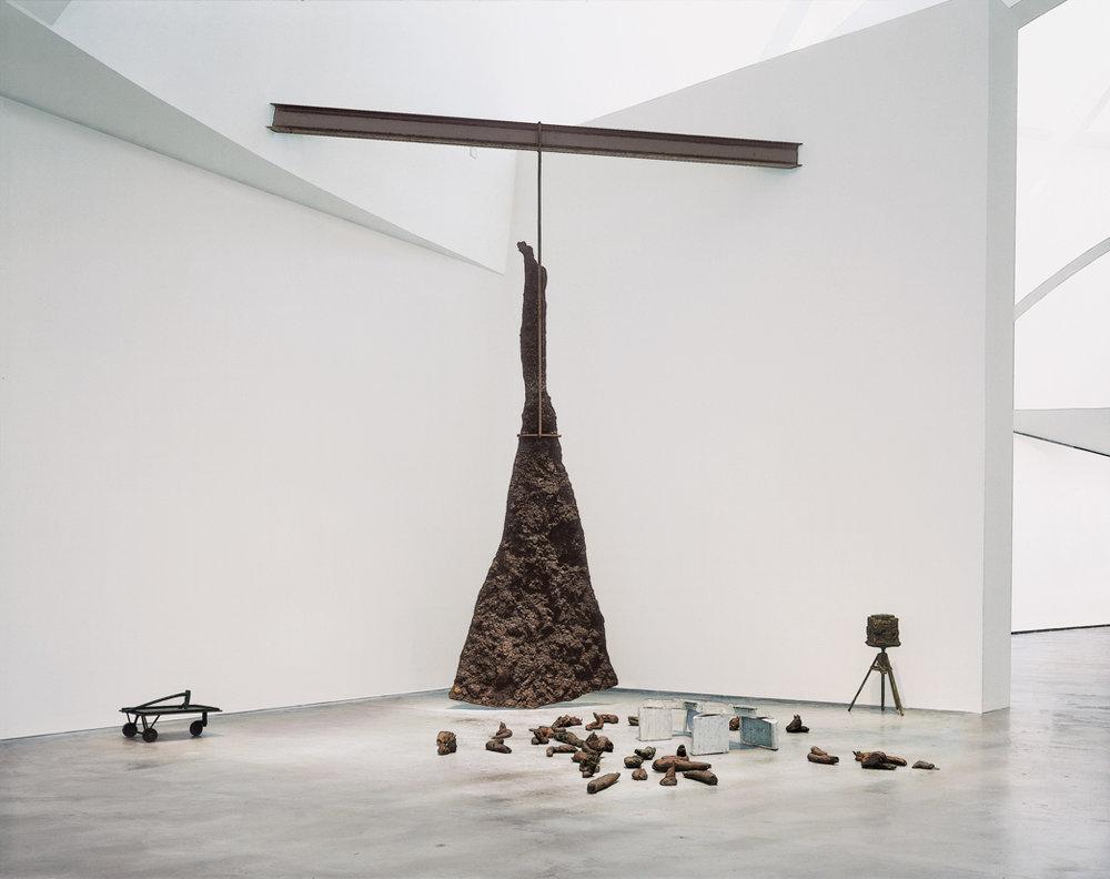 Joseph Beuys    Rayo iluminando un venado ( Blitzschlag mit Lichtschein auf Hirsch ), 1958–85  Treinta y nueve elementos Bronce, hierro y aluminio  Medidas variables  Edición 0/4  Guggenheim Bilbao Museoa