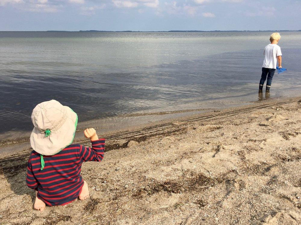 Selbstvergessen am Strand Spielen: Slow Living im Urlaub