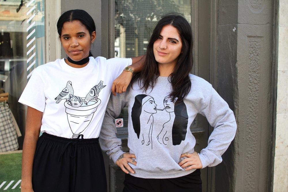 Les filles CV portant un tshirt (à gauche) à$25 et un chandail (à droite) à $50