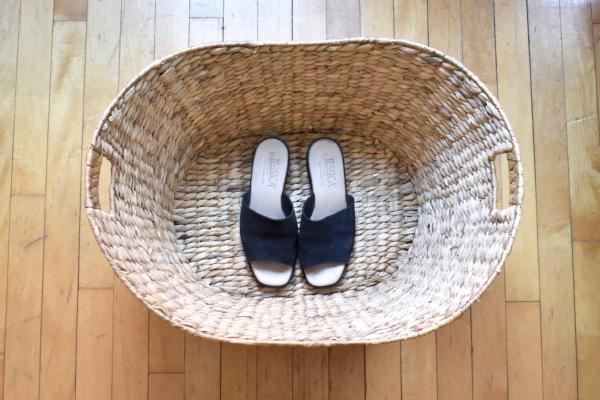 """""""Les sandales noires sont un essentiel de l'été."""""""