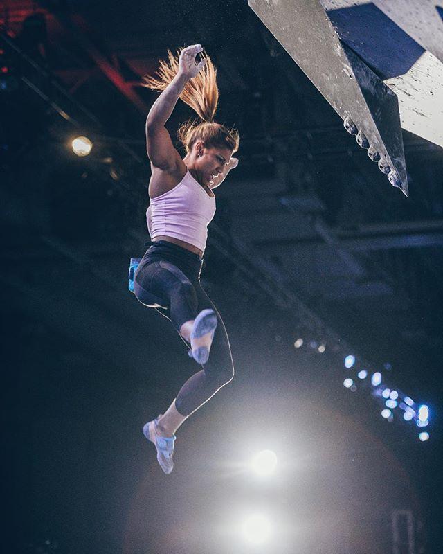 Flying or falling? I prefer flying ☺️!!! @evolv_worldwide @organicclimbing @jtreelife @gnarlynutrition @frictionlabs 📸 by @greg_mionske