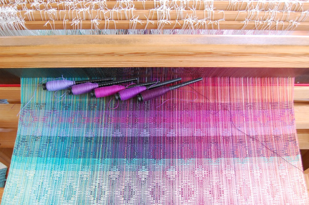 Purple cotton weft choices (top 5 stripes). The bottom stripe corresponds with the left-most pern: anemoon organic cotton, purple cotton, magenta cotton, mauve pale cotton, eggplant Egyptian cotton