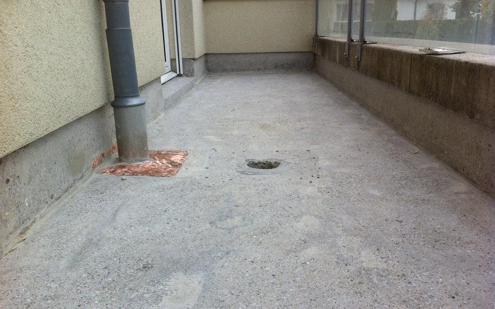 Bodenbelag balkon wasserdicht balkonbelag mit for Markise balkon mit 1 fc köln tapete