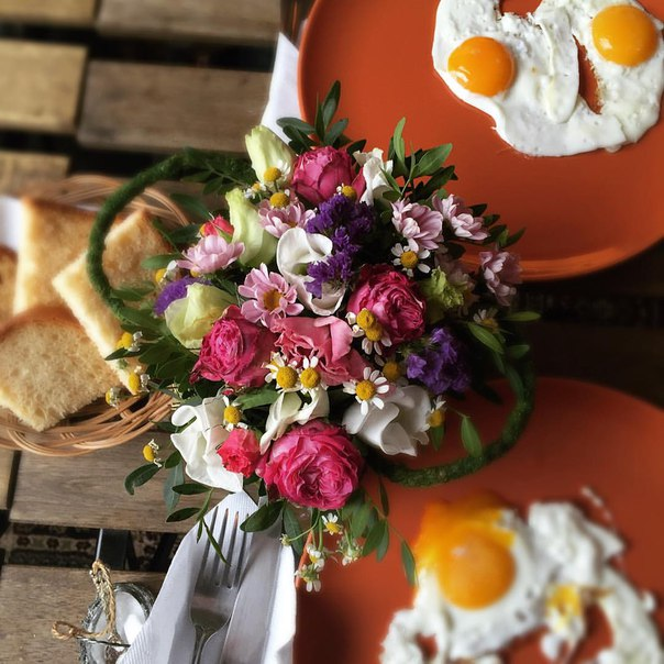 А рано утром можно прекрасно позавтракать в ресторане или у себя дома, ведь мы можем принести все в вашу виллу или шале.