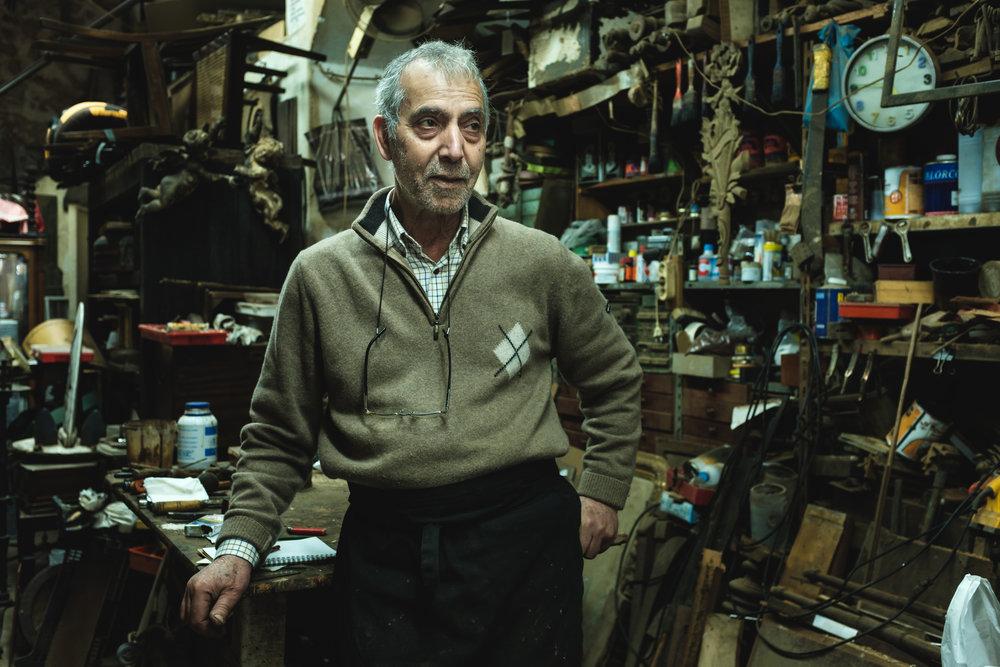 Joaquim na sua oficina em Lisboa, Estefânia.