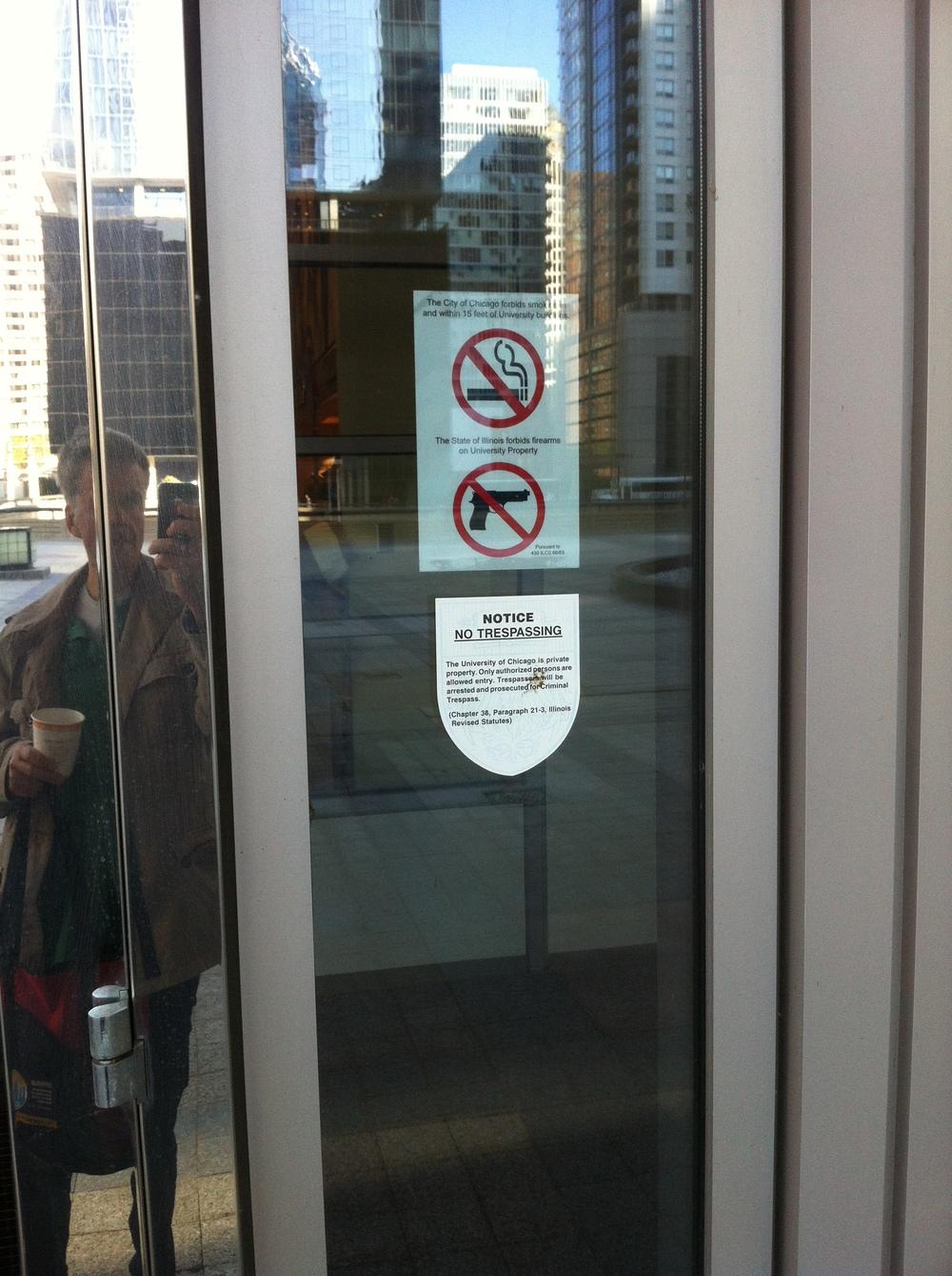 Hinweisschild in Chicago Downtown am Office Eingang: Du sollst nicht töten!