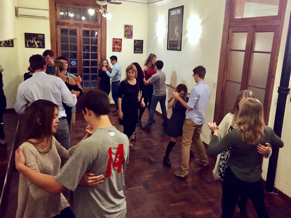 Puentes tango class dancing
