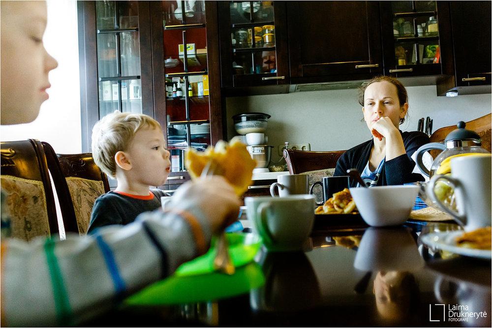Jokio streso, kad tave seka fotoaparatas (o jis toks buvo?) - Nuostabiai praleista diena su nepakartojamu rezultatu :) Linksmi ir laimingi vaikai prilipe prie fotografes ir besidžiaugiantys tėvelių dėmesiu, smagūs pašnekesiai. O svarbiausia nuotraukos, kuriose ne tik dienos įspūdžiai, bet ir prisiminimai apie mūsų džiaugsmus, rųpesčius ir jausmus.Ačiū Laima! :)JOLITA