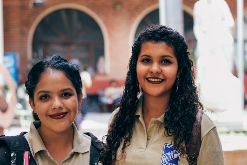 Nicole and Cesia, interested in fine arts and graphic design. |  Nicole y Cesia, estudiantes