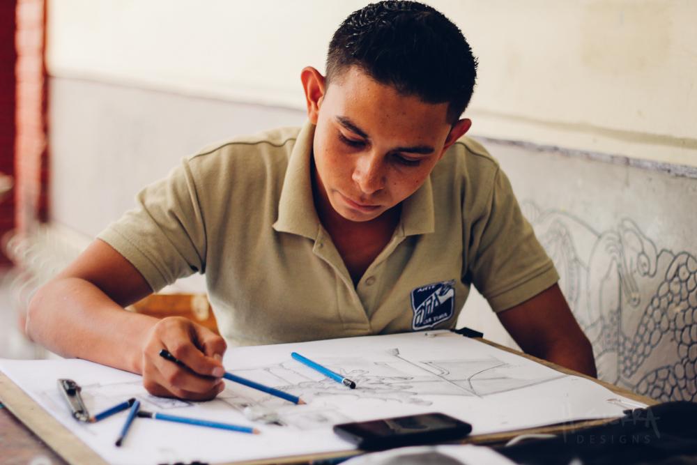 Romario Matute, first year student working on a drawing. |  Romario Matute, alumno de primer año trabajando en un dibujo.