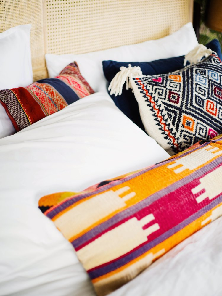 3 ways to style your pillows on a king size bed relove consign design. Black Bedroom Furniture Sets. Home Design Ideas