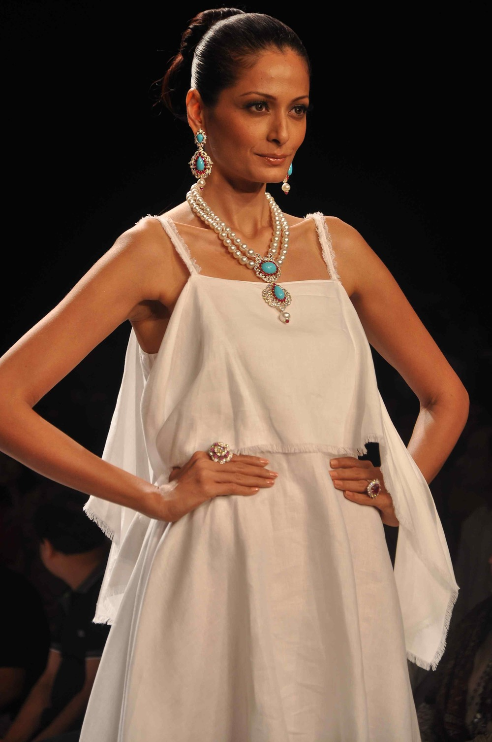 Models walking the ramp for Farah Khan Ali at IIJW 2014.jpg