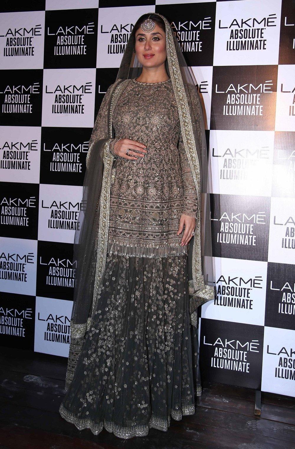 Lakme Absolute Brand Ambassador Kareena Kapoor Khan at the Lakme Absolute Grand Finale Winter Festive 2016 2 (2).jpg