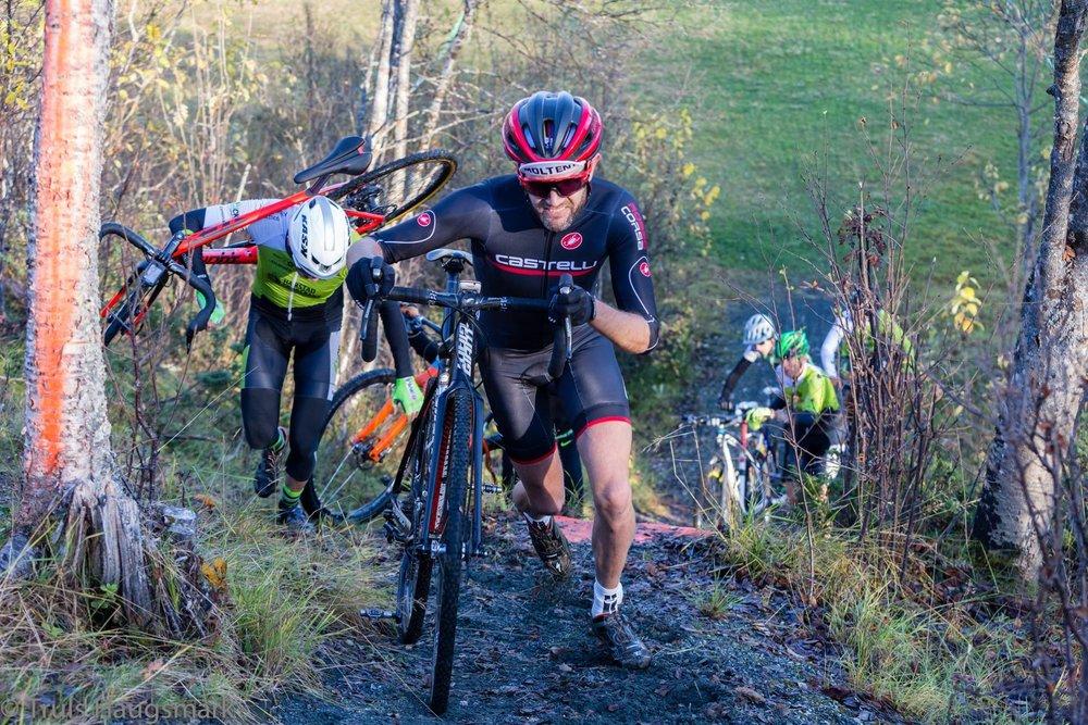 Tom Mentzoni - Fjorårets vinner av M Senior, Tom Mentzoni fra Bodø Terrengsykkelklubb opp droppet i Blåbærhaugen Sykkelpark