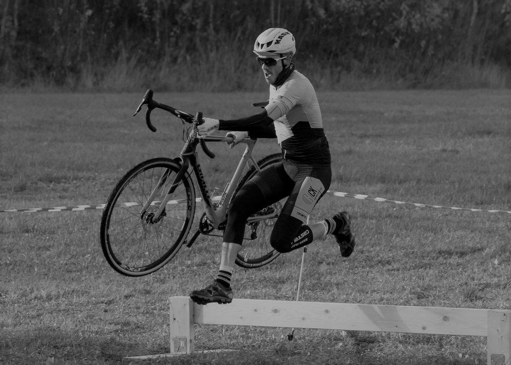 Ørjan Bohinen - Initiativtaker Ørjan Bohinen fra Harstad Cykleklubb i aksjon over ett av flere hinder i CX-løypa.