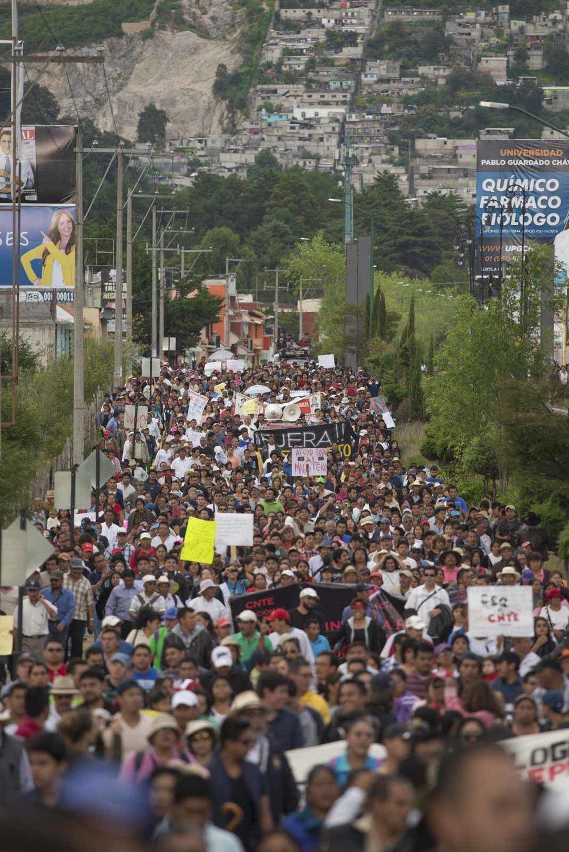 Marcha de la sociedad civil en contra del desalojo de la autopista