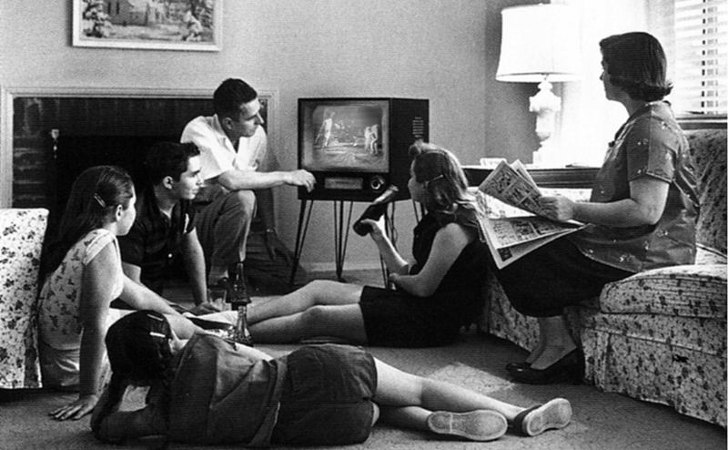 2014-11-27-Family_watching_television_1958_800x494.jpg