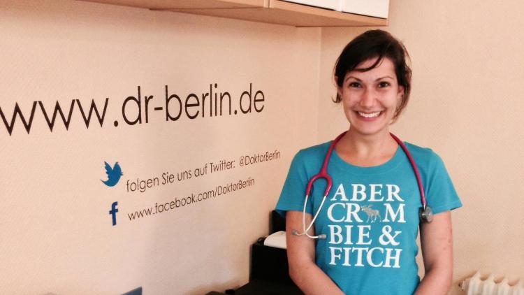 Frau Scheid ist Studentin der Medizin und absolviert in diesem August bei uns ein Praktikum im Fach Kinder- und Jugendmedizin. Ich bin sicher, sie wird eine Menge bei uns lernen. Wir wünschen ihr viel Spaß bei der Arbeit und alles Gute für das weitere Studium zum Arzt.