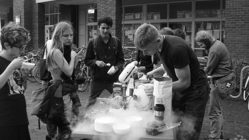 Anton Zaytsev '18 entertaining current Reedies with liquid nitrogen during this year's Nitrogen Day.Photo courtesy of Guananí Gómez.
