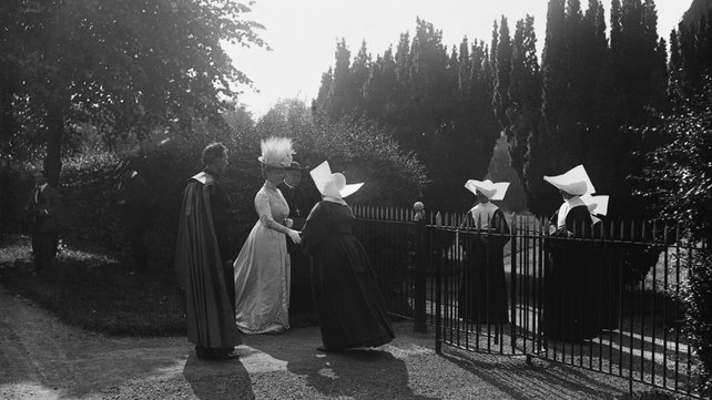 Catholic Nuns meet the King & Queen at Maynooth College in 1911.