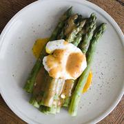 Szparagi z jajkiem w koszulce i dressingiem miso