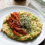 Omlet z porem (oraz kiełkami i smażoną papryką)