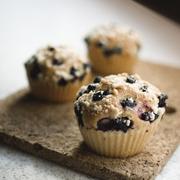 Muffiny drożdżowe z jagodami i kruszonką