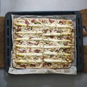 Pizza bianca, ze szparagami, kozim serem i polędwicą z tuńczyka