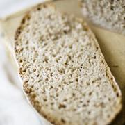 Pełnoziarnisty chleb orkiszowy z miodem (na zakwasie)