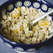 Sałatka z brązowego ryżu z awokado, pomarańczą i orzeszkami
