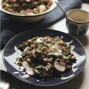Czerwona quinoa z wiosennymi warzywami i sosem z tahini