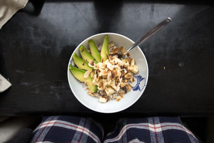 Z bananem, awkoado, uprażonymi migdałami i syropem klonowym